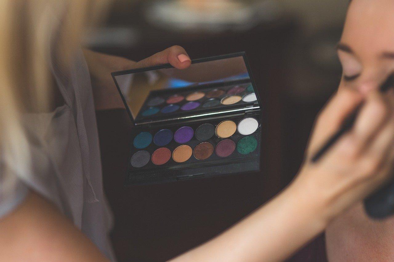 アイシャドウを塗る女性