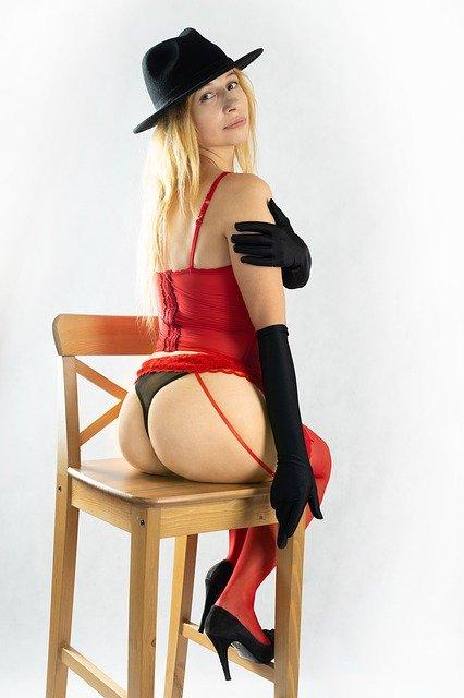 椅子に座る女