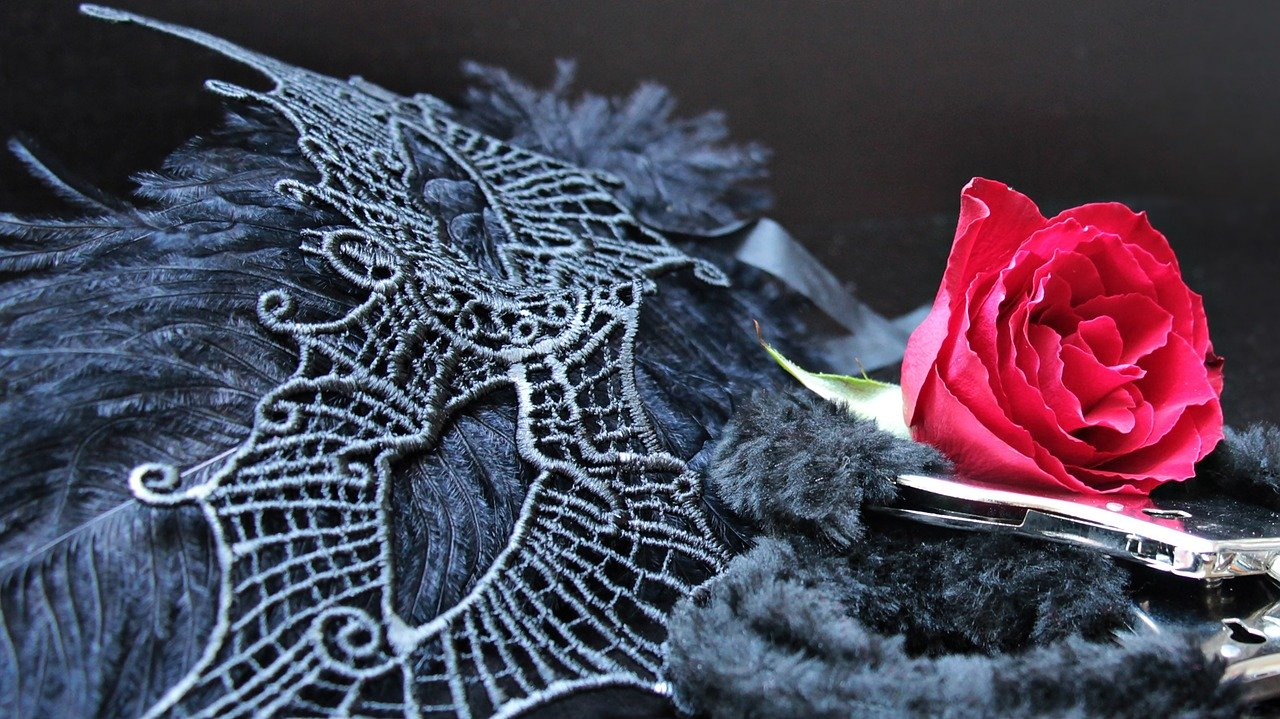 バラと手錠とマスク
