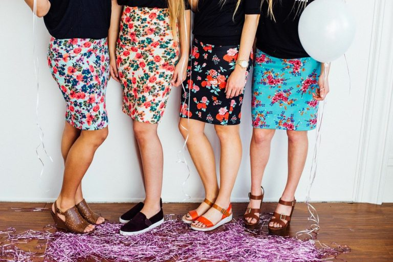 花薔薇のスカートを着た女性