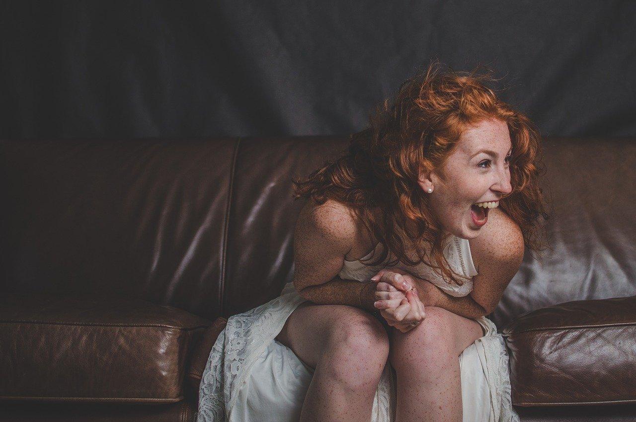 笑う女性とドレス