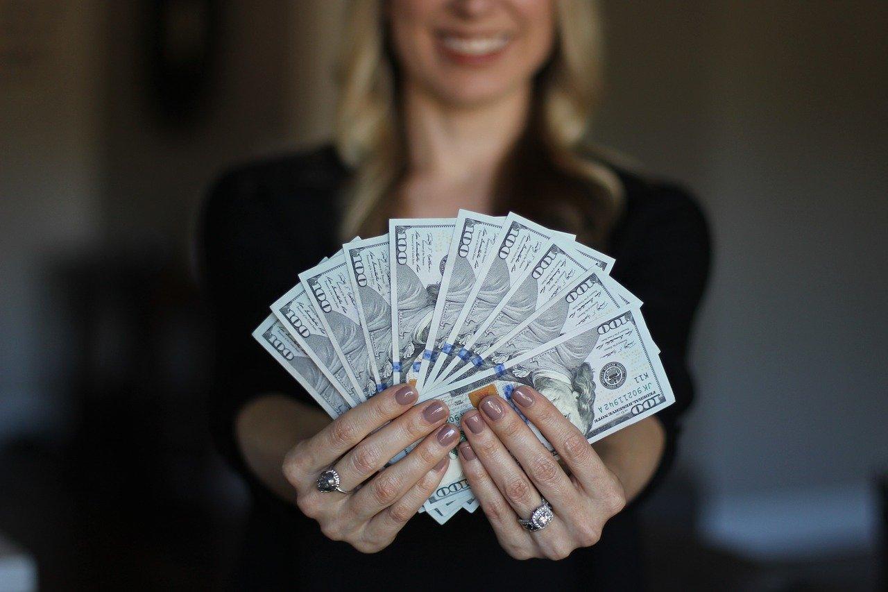 女性が紙幣を持っている写真