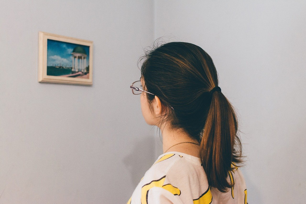 写真を見て思考する女性