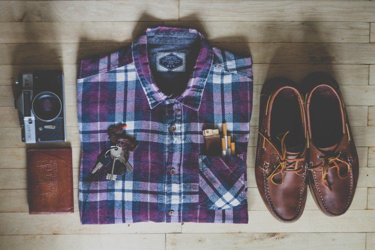 シャツと革靴の写真