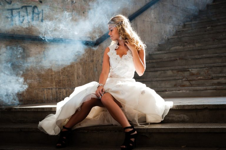 白いドレスの女性