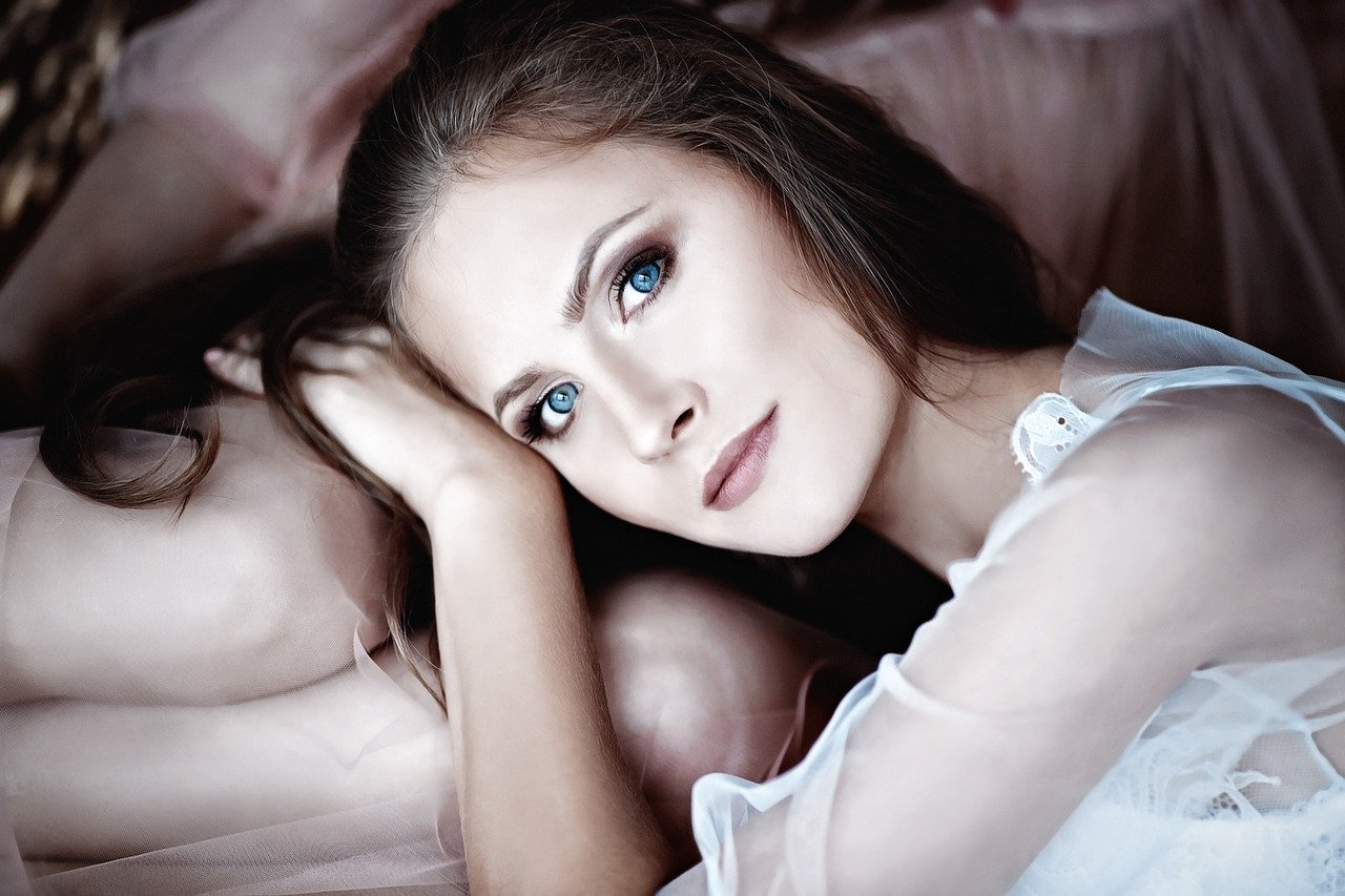 青い瞳の女性