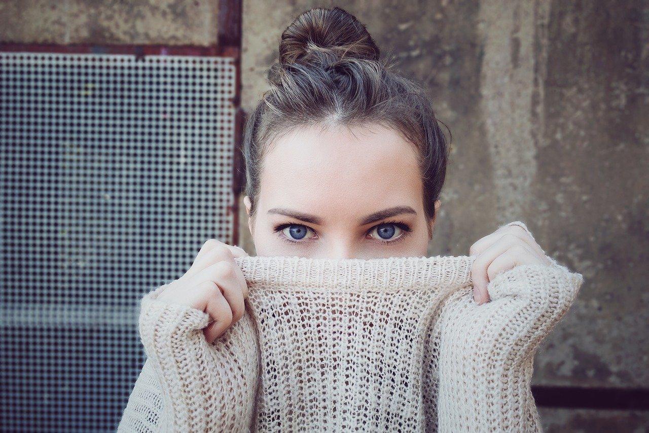 セーターの女性