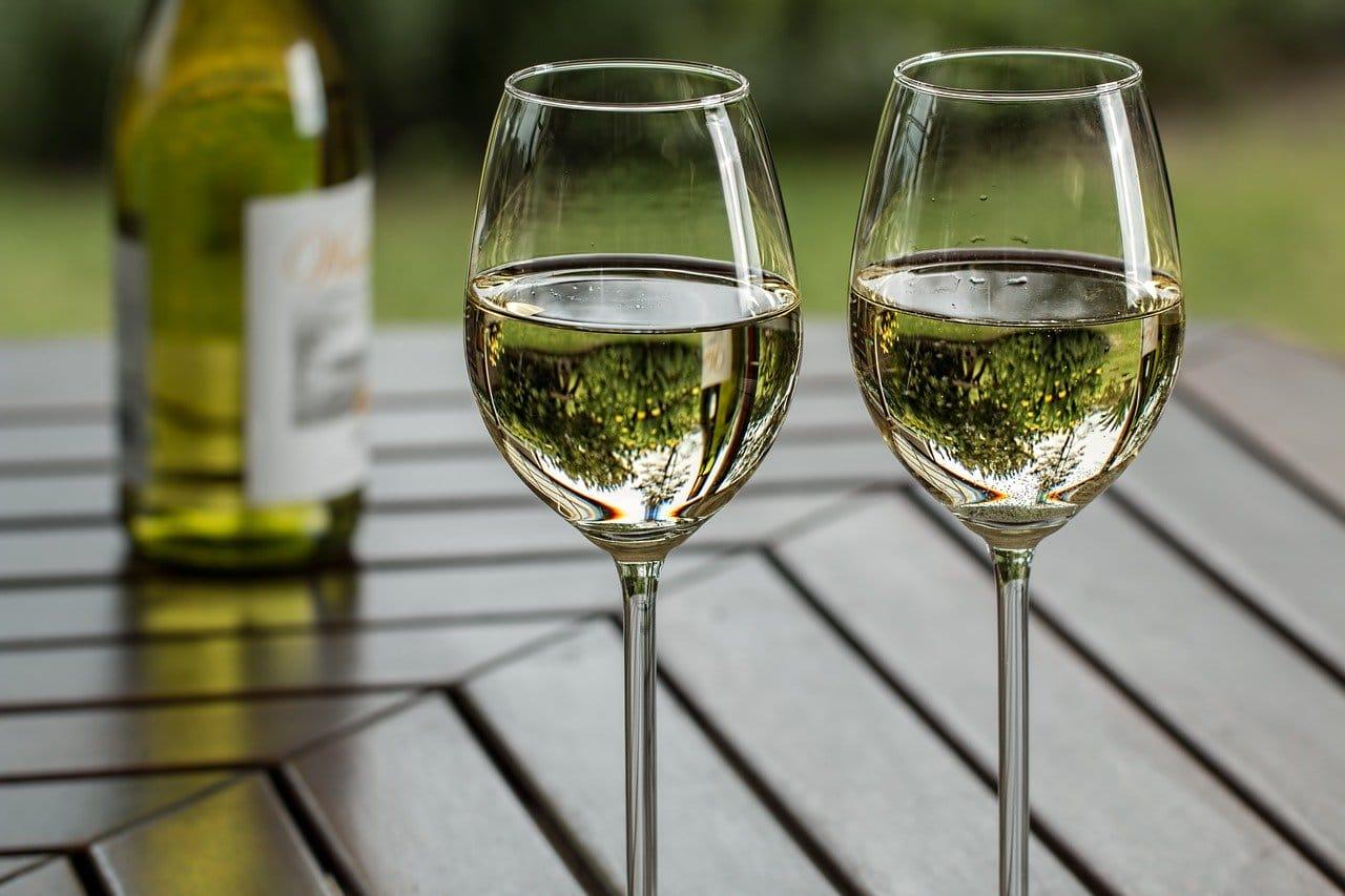 ワイングラスとアルコール