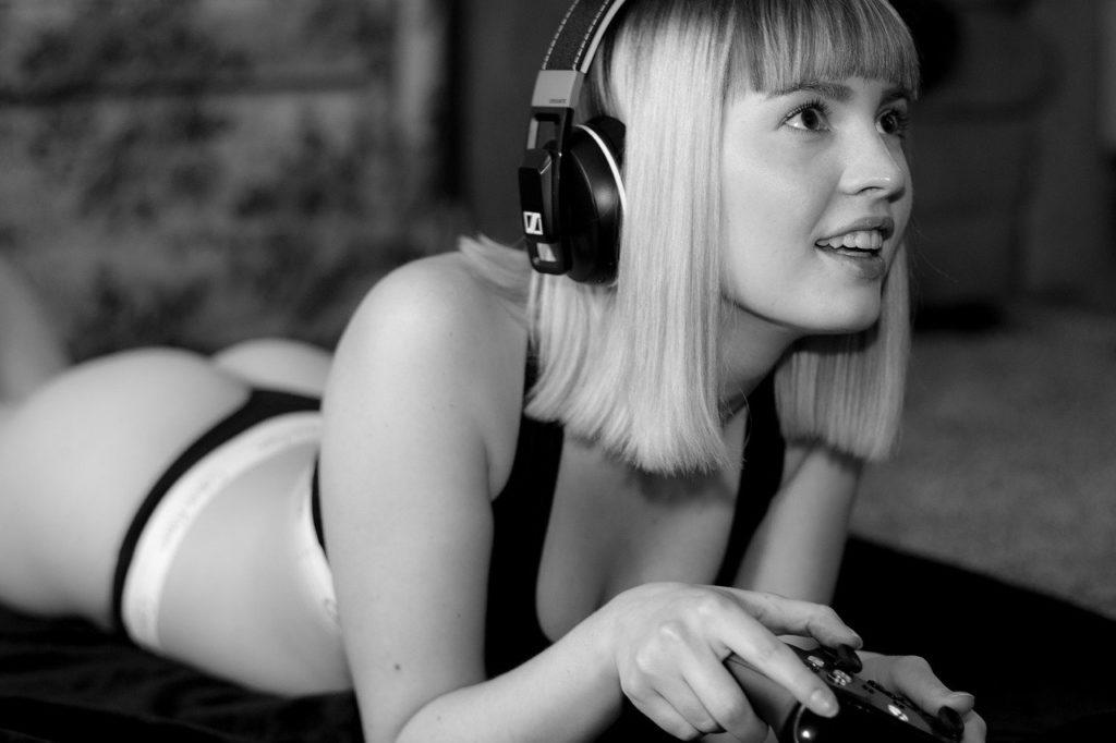 人、女性、ヘッドフォン、ゲーム