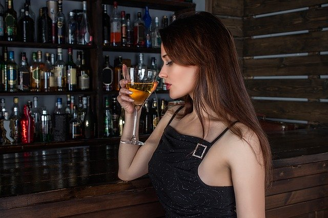 酒を飲む若い女