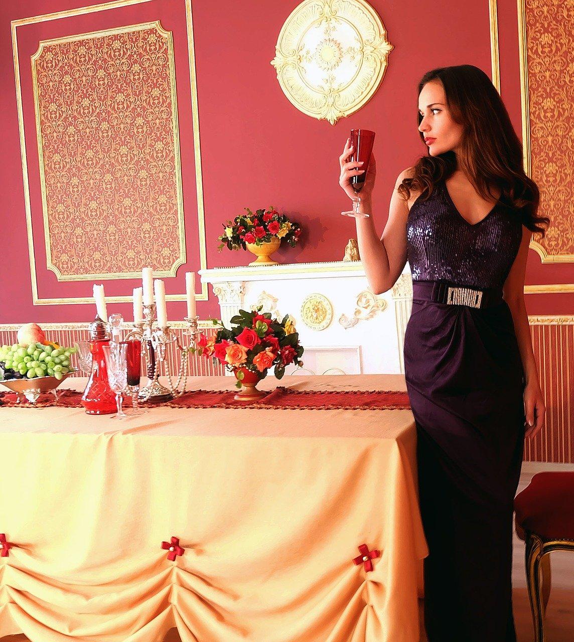 ワイングラスと女性