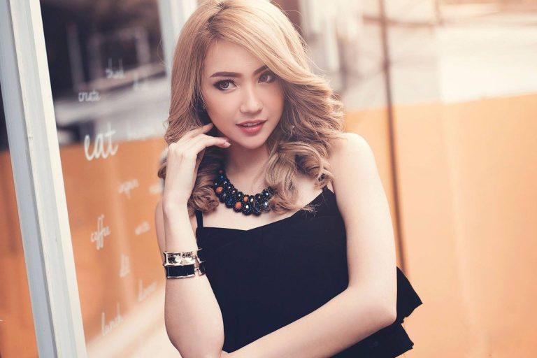 若い女性、金髪