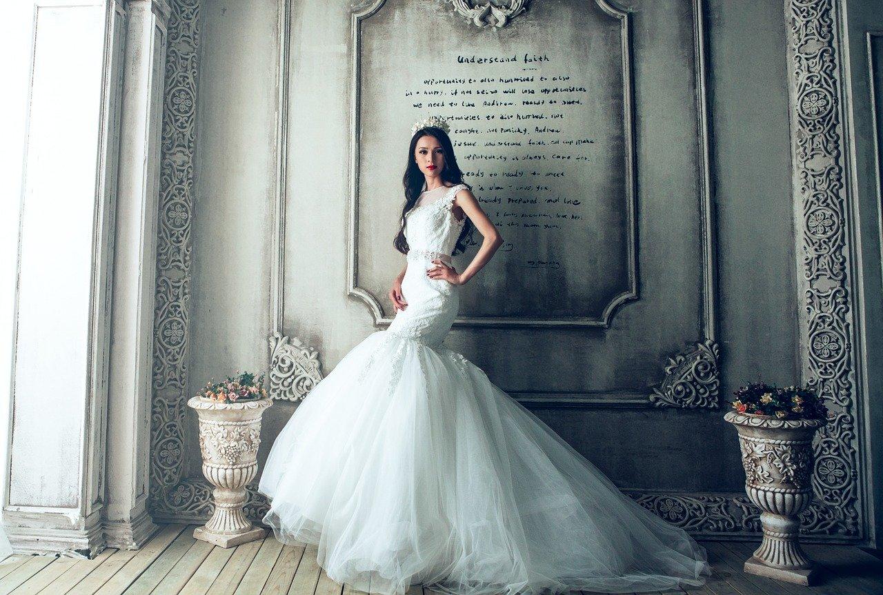 白いドレスの少女