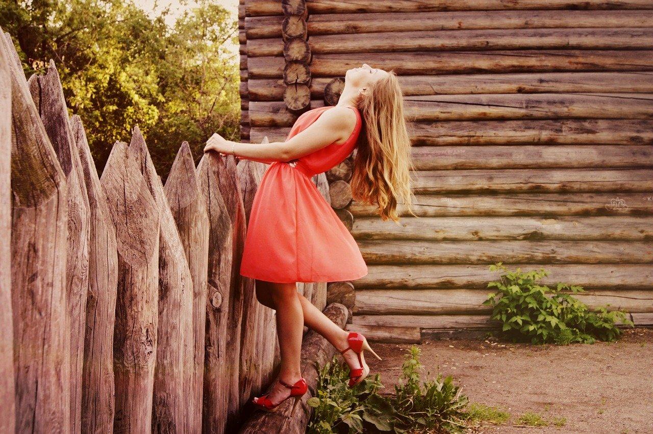 女性、オレンジ色のドレス