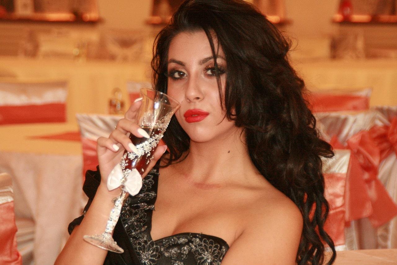 ワインを飲む女