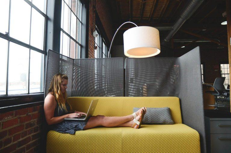 女性、ソファ、ノートパソコン