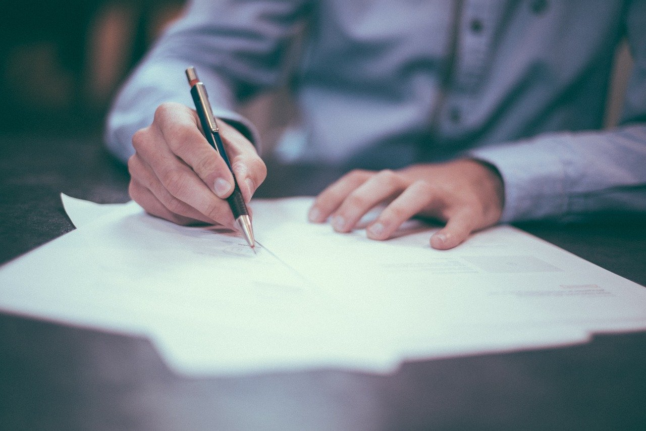 ペンで何かを書く写真