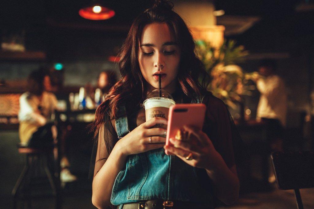 携帯を弄る少女