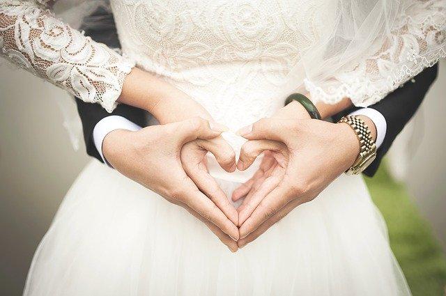 手でハートを作る結婚式のカップル
