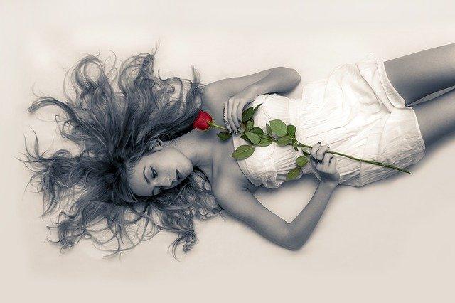 バラを持つ魅力的な女性