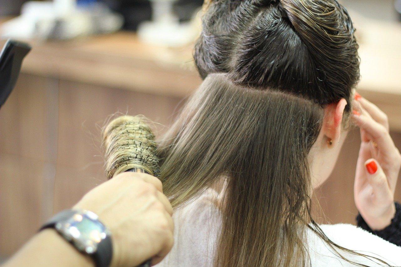 髪を巻く女性