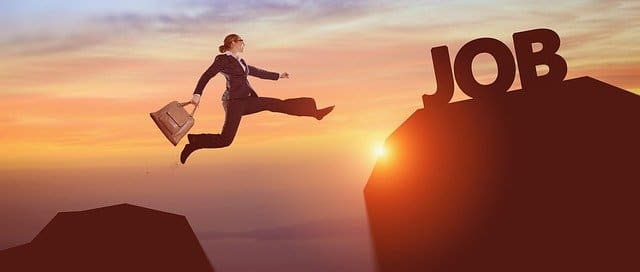 仕事に向かって跳躍する女性