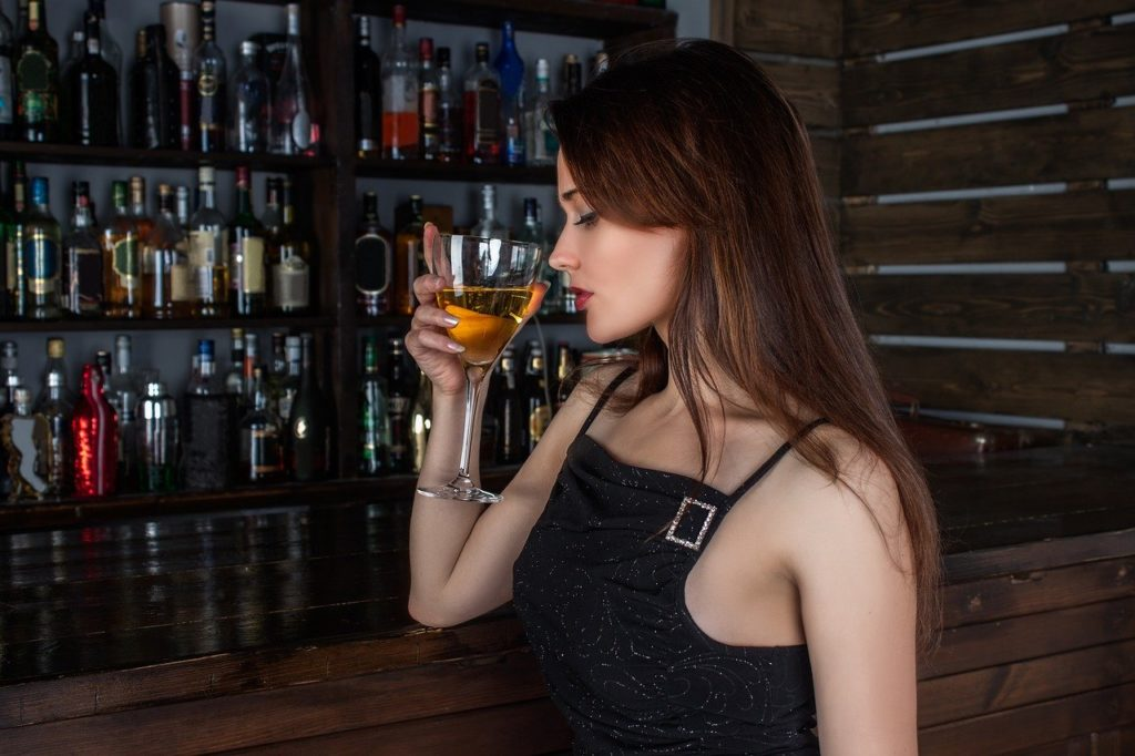バーで酒を飲む女性