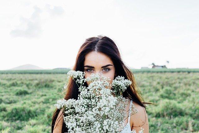 花を持つ若い少女