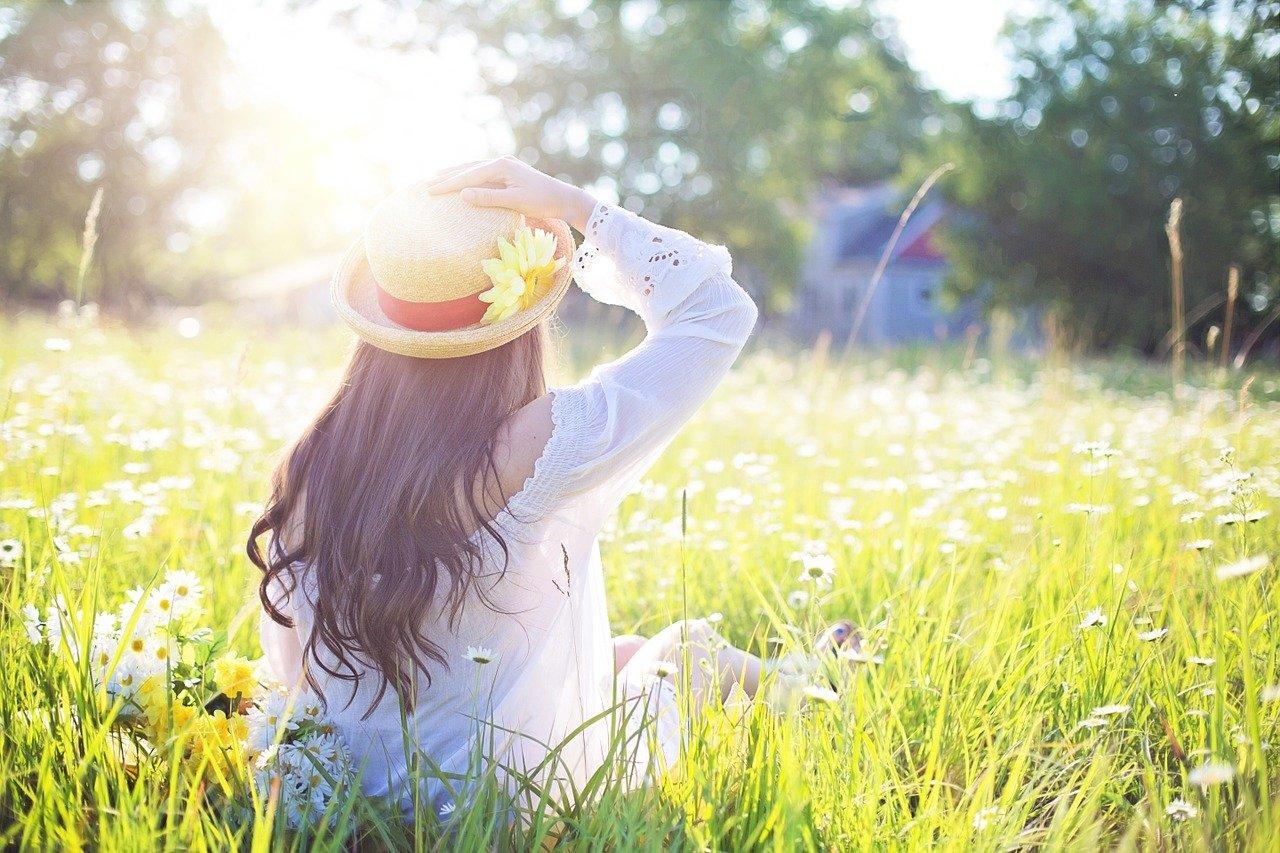 草原と少女