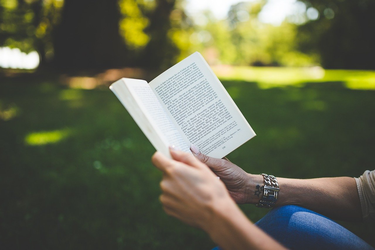 木陰で本を読む