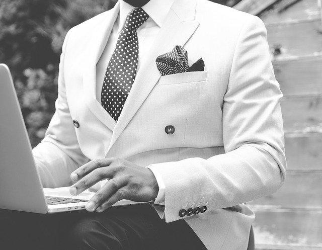 白いスーツの男性