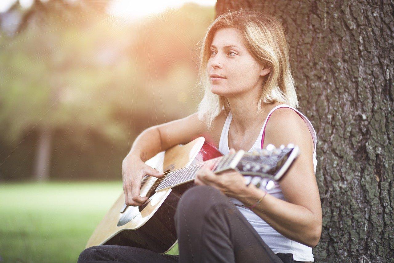ギターの女性