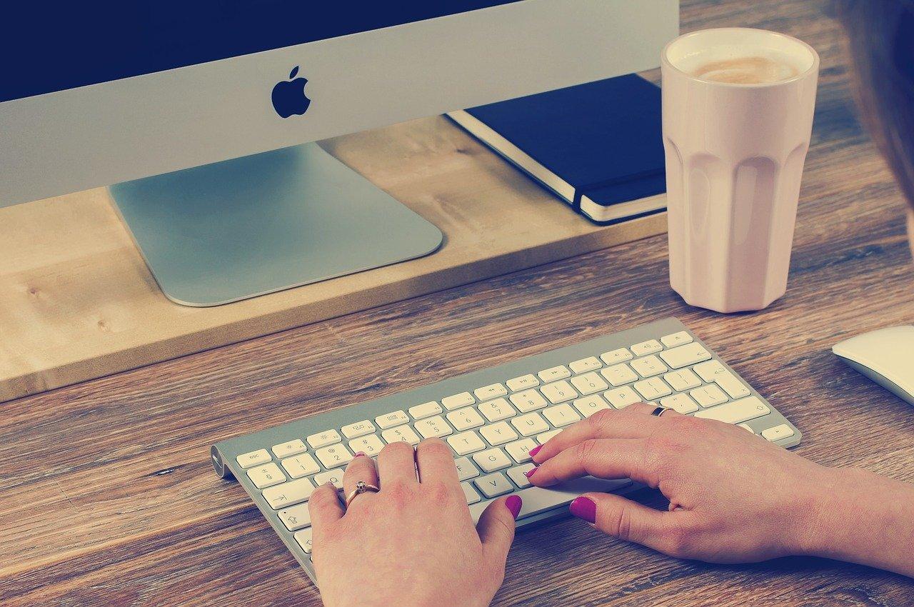 デスクトップPCで作業する女性
