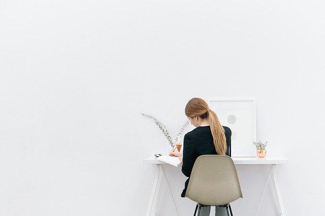 デスクで仕事をする女性