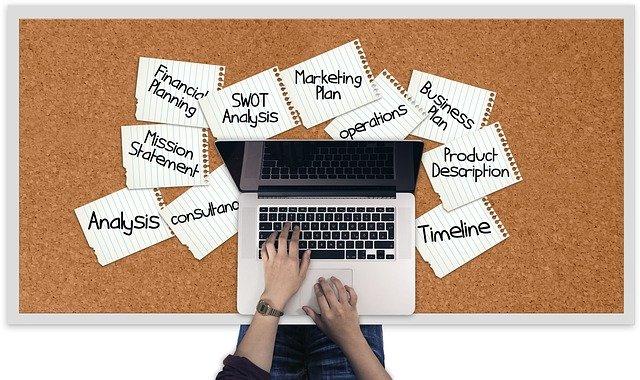パソコンで忙しい女性