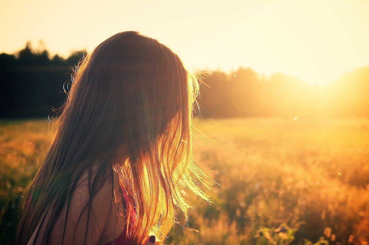 太陽を眺める女性
