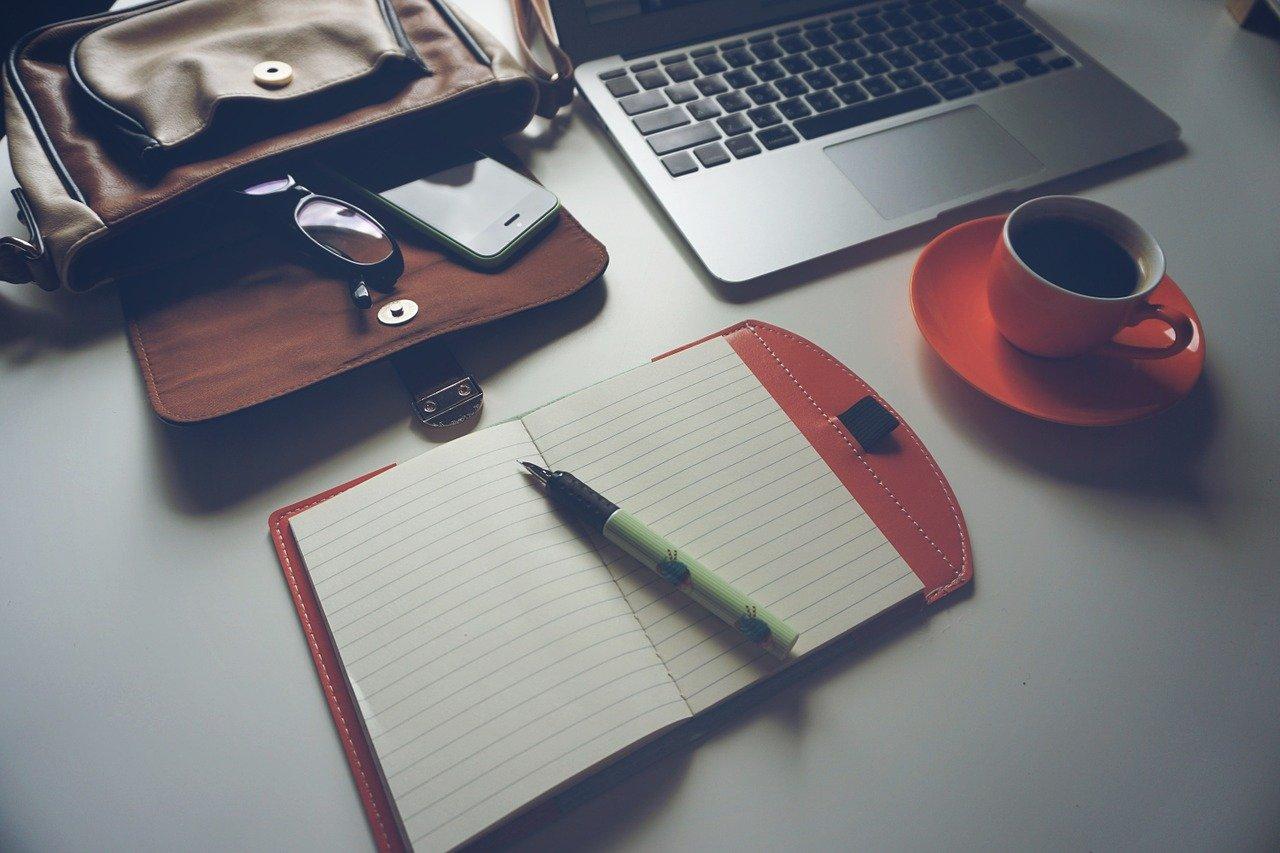 開いた手帳とノートPC