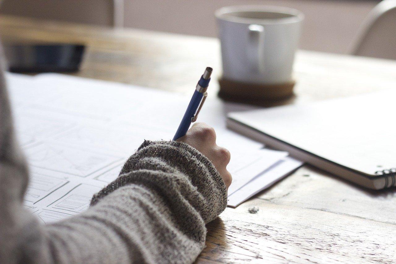 ペンで書き込んでいる人