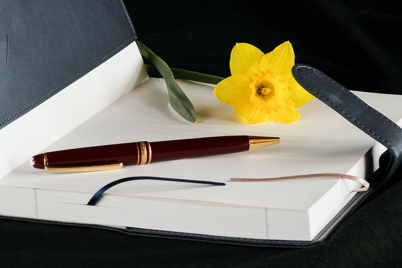 日記の上にある花