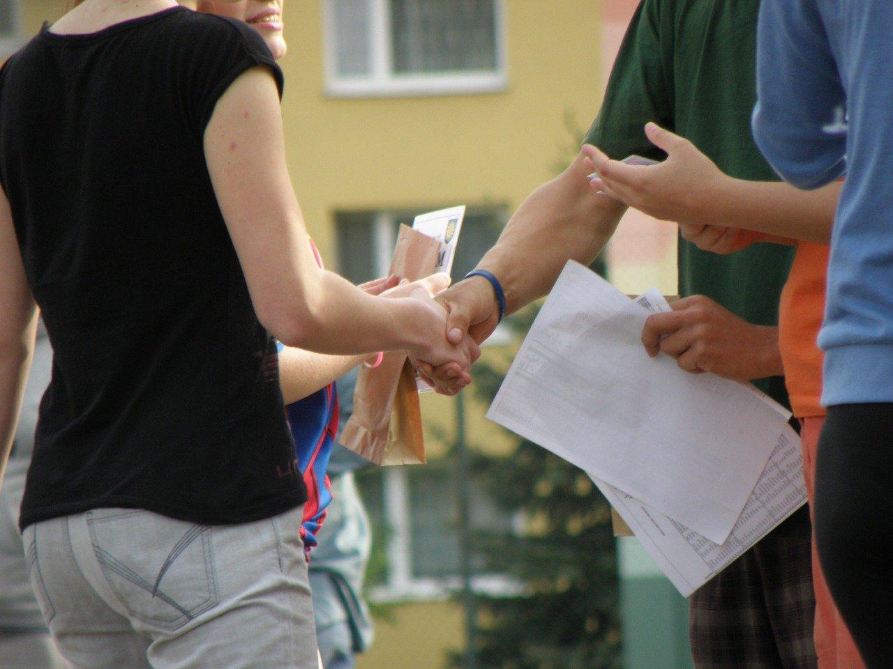 握手をする人々