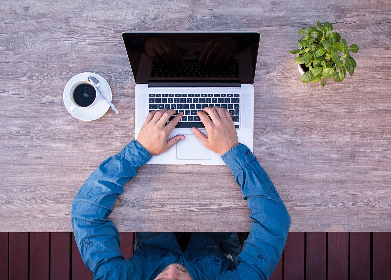 ノートパソコン、ビジネスマン