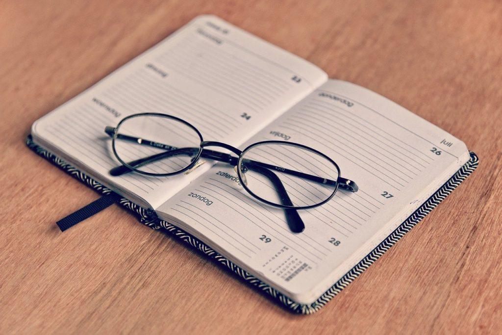 スケジュール帳とメガネ
