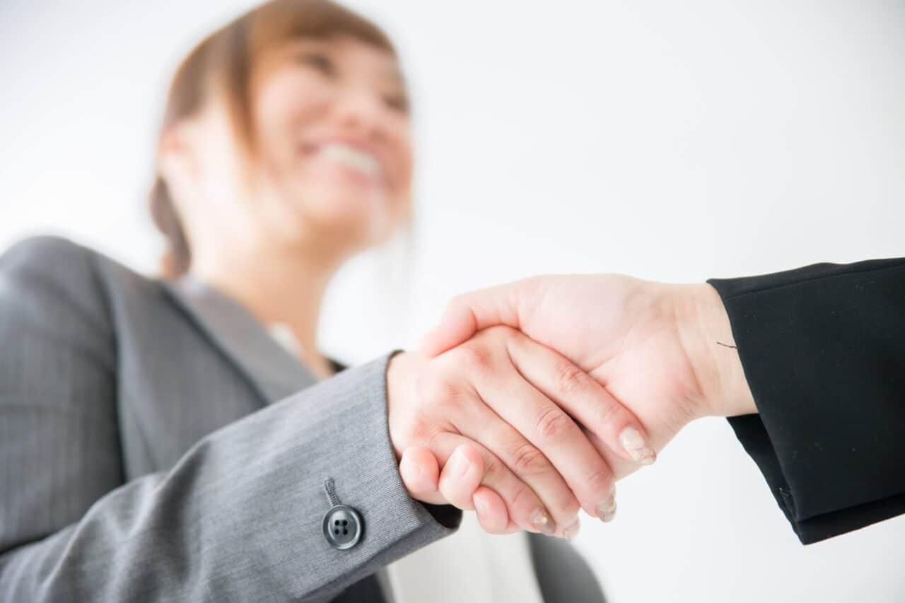 握手する女性