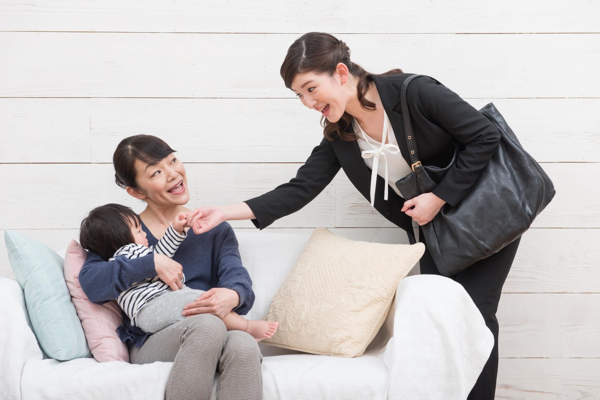子供を預ける女性