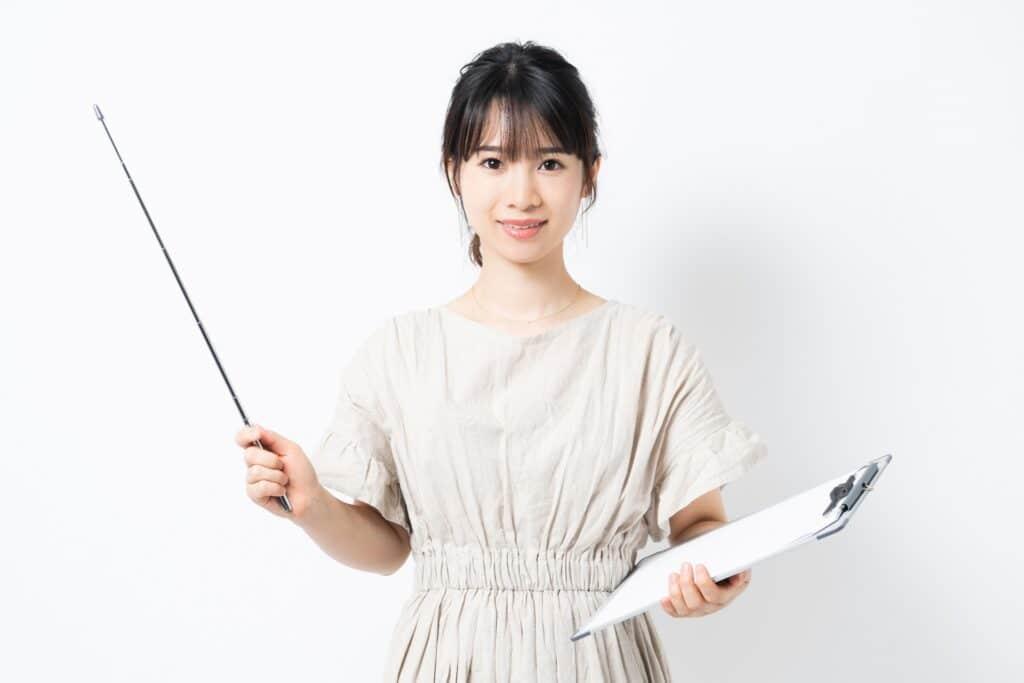 指し棒を持つ女性