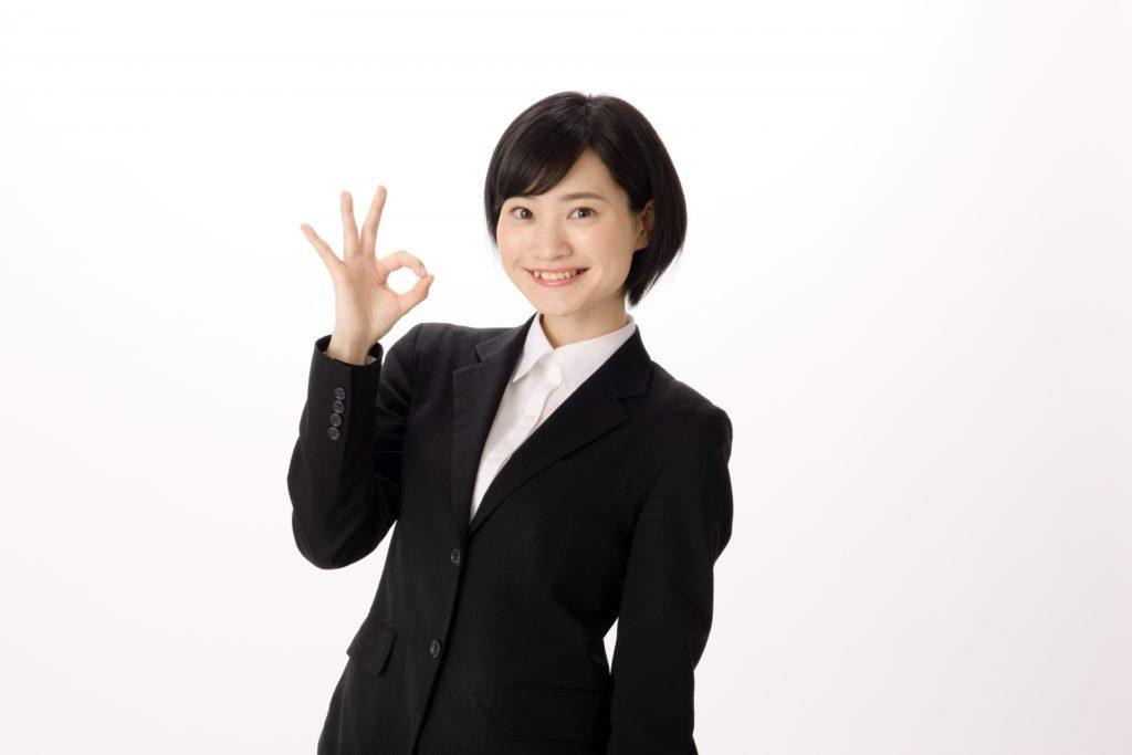 OKサインをするスーツ姿の女性