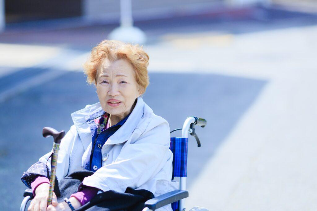 車いすに乗った高齢者