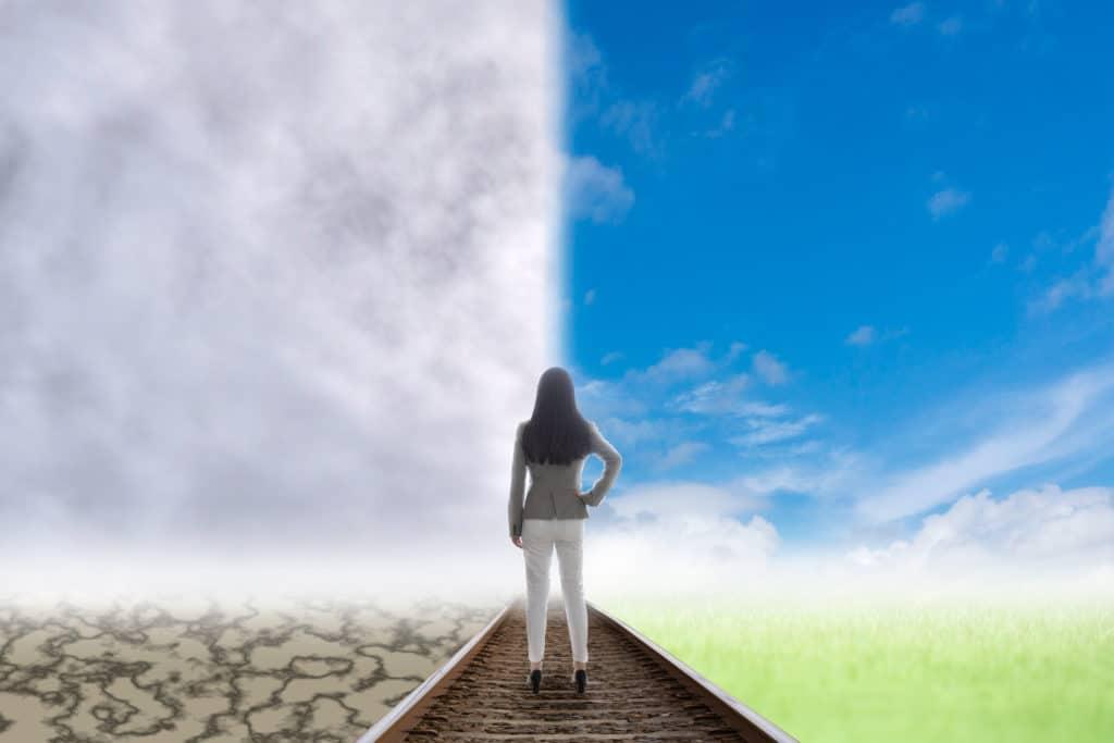岐路に立つ女性