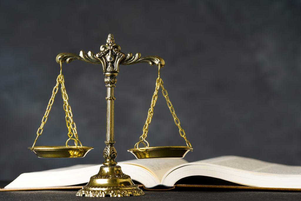 弁護士をイメージする天秤と分厚い本
