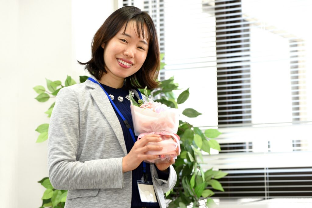 笑顔で花束を持つ女性